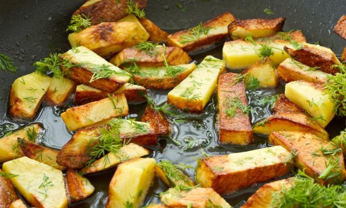 После еды тяжесть в желудке и отрыжка часто вызываются продуктами, которые по разным причинам усваиваются медленно, например жареный картофель со свиным салом