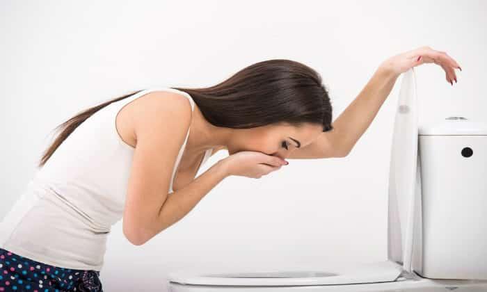 К болевым симптомам, как правило, присоединяется тошнота