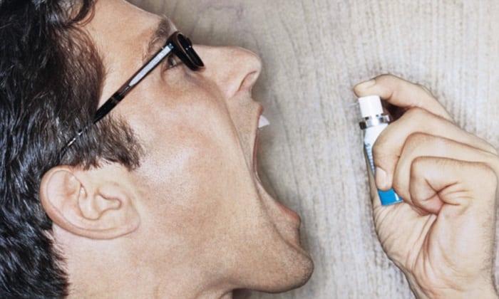 Вместе с комом в горле, при заболеваниях желудка, может быть запах изо рта