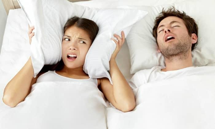 Если сухость тревожит ночью, во время сна и после пробуждения, вероятно, причина кроется в храпе
