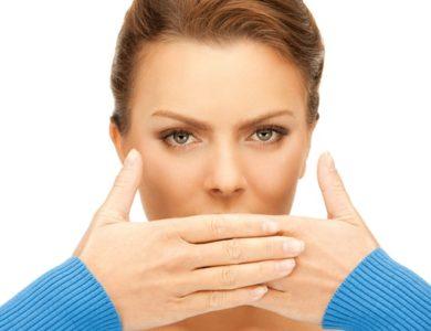 Сухость во рту, или ксеростомия, - это высыхание слизистой ротовой полости, происходящее в результате прекращения секреции слюнных желез