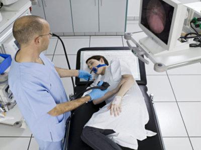 В процессе проведения гастроскопии врач оценивает состояние слизистой желудка, наличие язв и новообразований