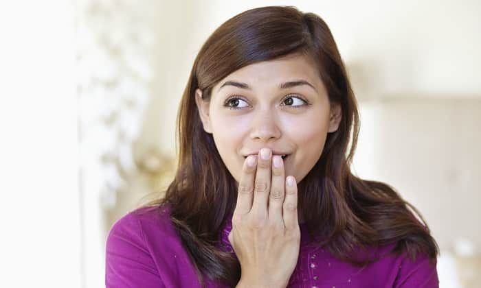 Когда заболевани дает о себе знать, оно выражается в неприятном запахе изо рта с привкусом металла