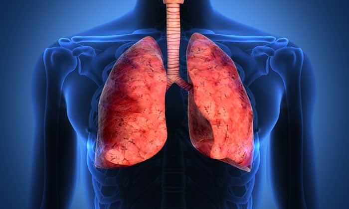 Иногда чувство кома в пищеводе может вызвать пневмония, если очаг расположен в верхних или средней долях