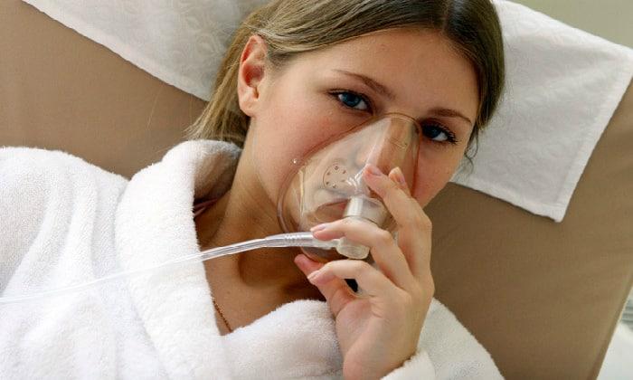 Врачи неотложной помощи используют кислородную маску, чтобы избежать гипоксии из-за острой анемии