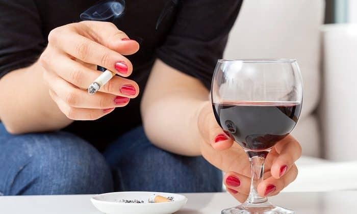 Отрицательно воздействующим на организм злоупотребление табакокурением и алкоголем