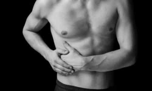 Болезнь начинается с болевого синдрома в боку справа, немного ниже ребер, причем боли носят резкий характер и появляются неожиданно