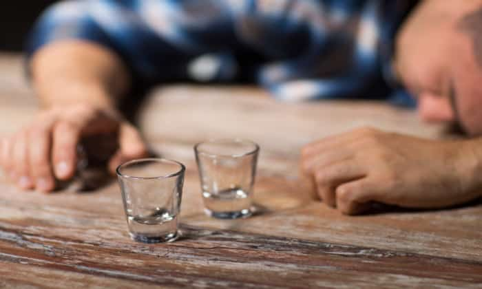 Злоупотребление алкогольными напитками также может привести к раздражению стенок пищевода