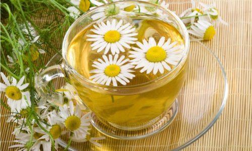 При атонии кишечника полезны отвары ромашки. Его можно готовить как напиток заменяющий чай