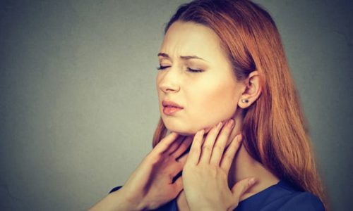 Ком в горле после еды может появиться по ряду причин и является тревожным симптомом, при возникновении которого стоит незамедлительно обратиться к врачу