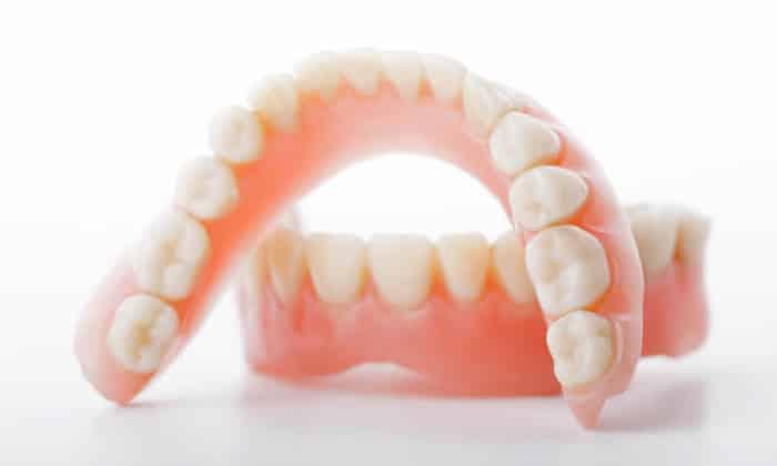 В некоторых случаях причиной развития лейкоплакии могут стать зубные протезы