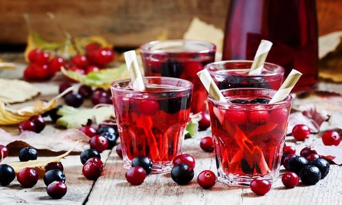 При заболевании полезно пить компоты из свежих и сушеных ягод и фруктов