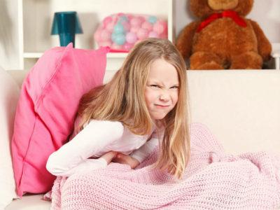 У детей болевые ощущения не всегда начинаются именно в правой части живота, боль может распространяться в районе пупка и выше