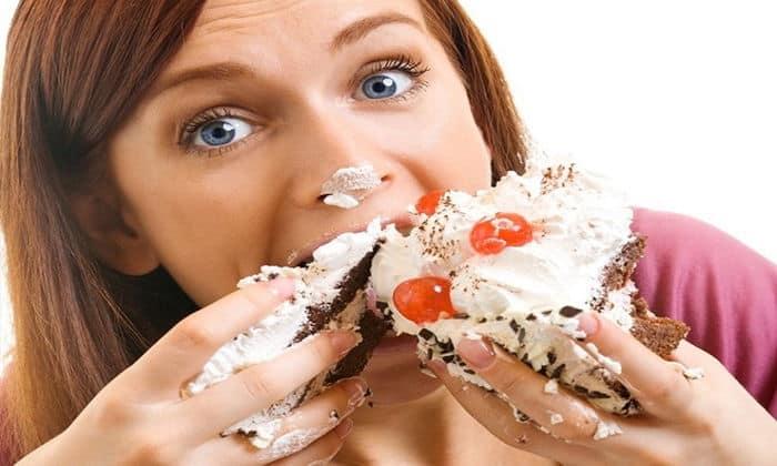 Употребление большого количества сладкого и мучного значительно ослабляет перистальтику