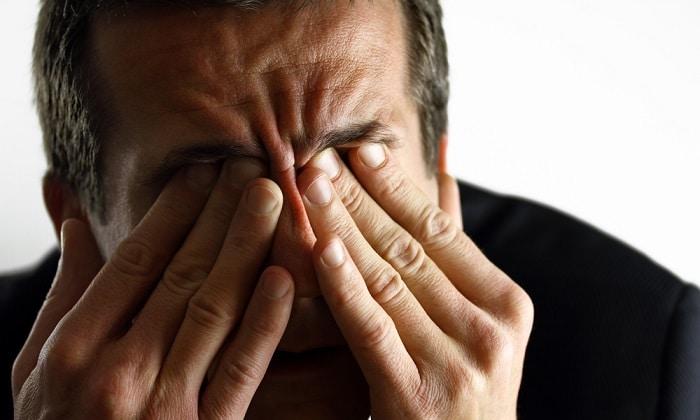 Нажим на глазные яблоки в течение 2 или 3 минут быстро поможет остановить икоту у взрослого человека