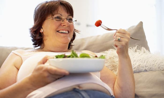 Причиной появления атония могут быть постоянные перекусы, вечерние трапезы