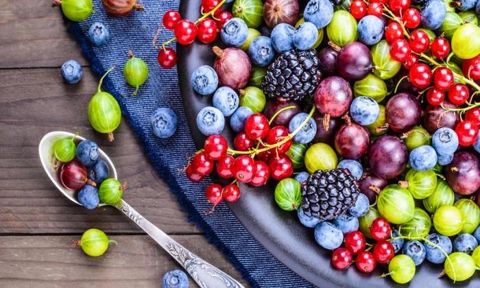 Кислые ягоды и фрукты так же запрещены