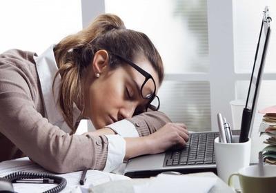 При депрессивном состоянии сниженная активность, как эмоциональная, так и физическая и постоянно хочется спать