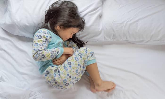 Первые признаки аппендицита у ребенка представлены диспепсическими нарушениями и болью.