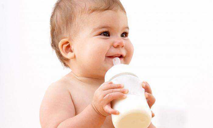 Ребенку от икоты следует дать небольшое количество кипяченой или специальной, детской воды из бутылочки с соской с маленьким отверстием