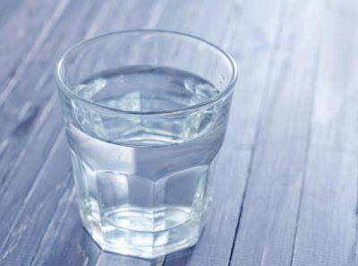 Популярный способ остановить икоту - набрать полный стакан воды и выпить его мелкими или, наоборот, очень большими глотками, при этом стараясь не дышать