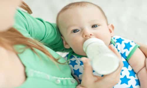 Родители, чьи дети питаются искусственными смесями, могут часто наблюдать белые комочки в кале у грудничка, и это вполне нормально