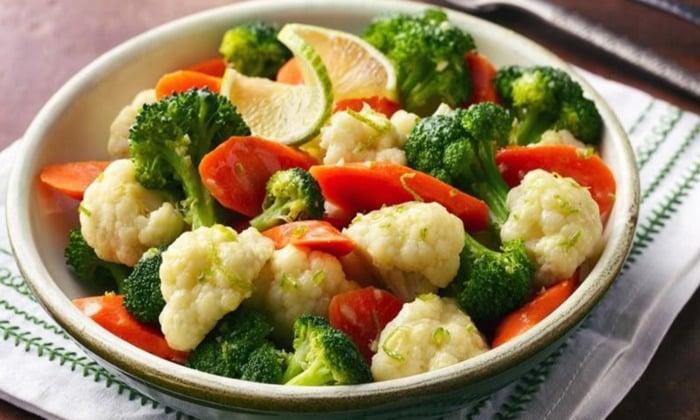 Если уже выявлен гастрит, требуется строго выполнять правила питания , есть овощи на пару