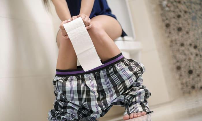 При болезни происходят частые запоры или диарея
