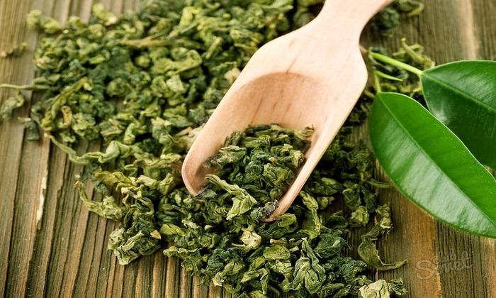 Чтобы приготовить полезный напиток, необходимо несколько чайных ложек чая