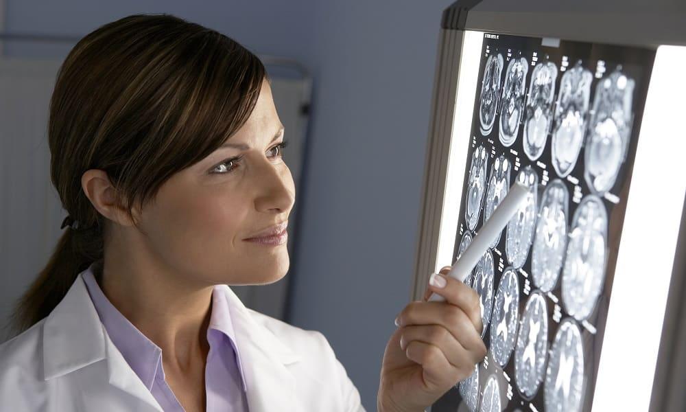 При сложном течении болезни проводится обзорная рентгенография