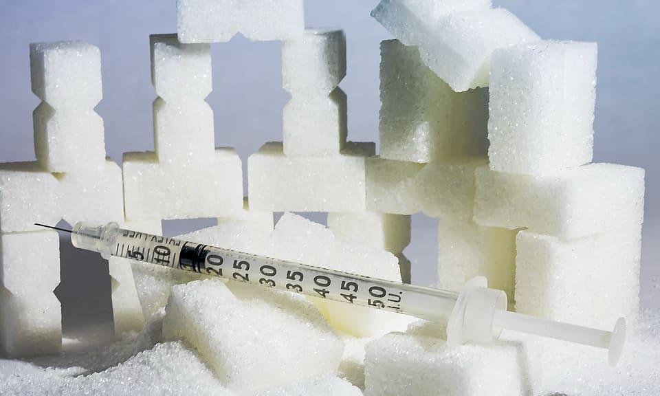 При сахарном диабете ферменты вместо того, чтобы активизироваться в двенадцатиперстной кишке, начинают действовать в самом органе, что и приводит к увеличению его объемов