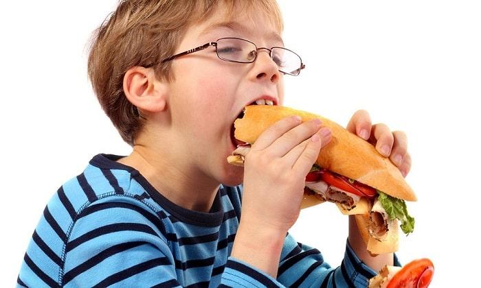 Тяжелое воспаление поджелудочной у детей могут спровоцировать следующие факторы: неправильный рацион, режим питания и переедание