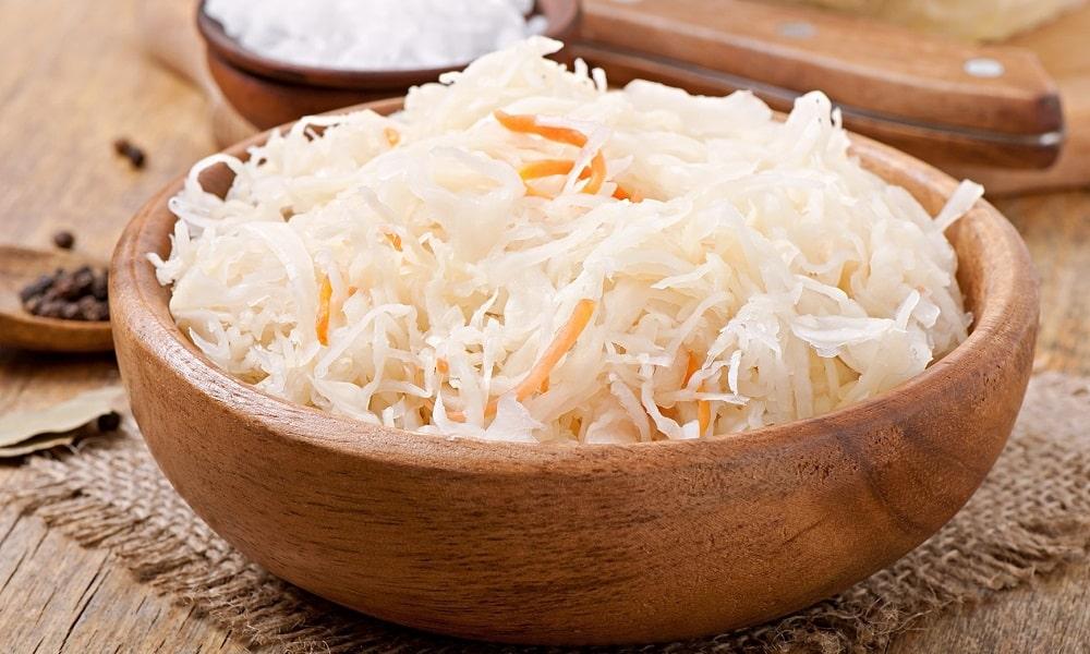 Квашеная капуста не рекомендуется к употреблению, т. к. она усиливает панкреатическую секрецию и вызвает раздражение слизистых слоев пищеварительного тракта