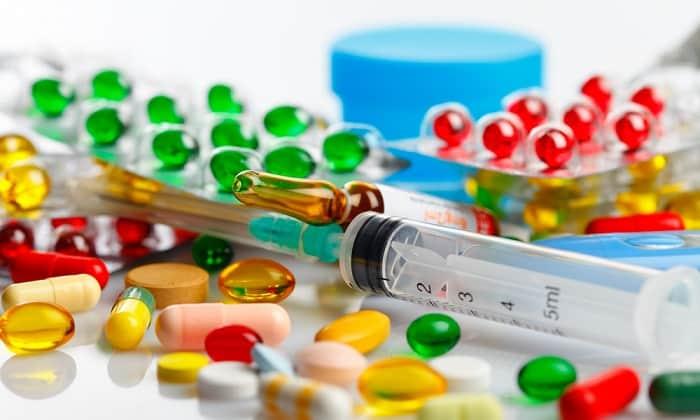 Медикаментозное лечение состоит из нескольких групп препаратов, которые вводятся перорально, внутримышечно или внутривенно