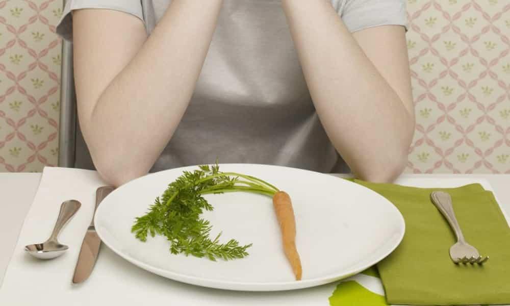 К ухудшению работы поджелудочной железы приводят строгие диеты, несбалансированный рацион, голодания