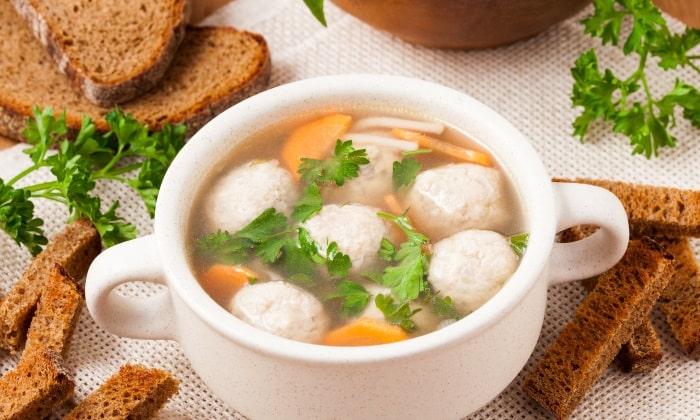 Суп с фрикадельками готовится на основе овощного бульона