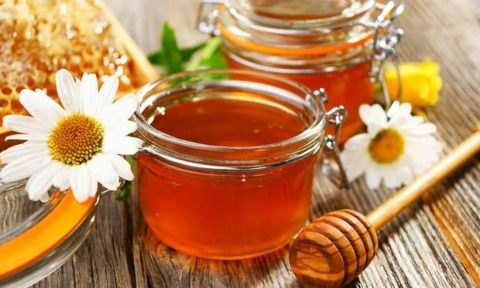 Также можно ежедневно съедать несколько чайных ложек меда