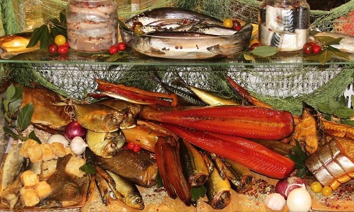 Запрещено есть копченую, маринованную и соленую рыба, рыбные снеки консервы, жирные сорта рыбы
