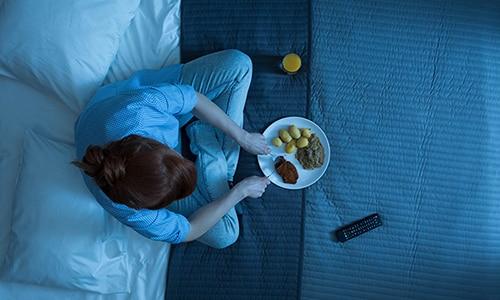 Врачи советуют не употреблять тяжелую для желудка пищу перед сном