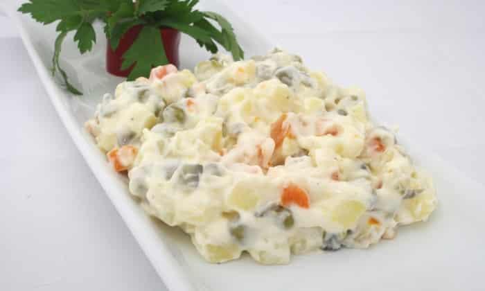 Готовится из отварных мяса, картофеля и моркови, 1-2 сваренных вкрутую яиц, свежего яблока, допускается небольшое количество лука