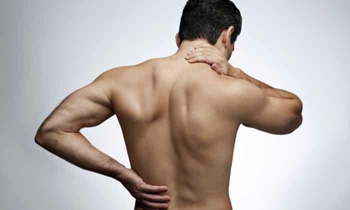 У больных панкреатитом наблюдаются симптомы неприятных ощущений в спине и лопатке, интенсивный болевой синдром, характерные урчащие звуки в животе и т.д