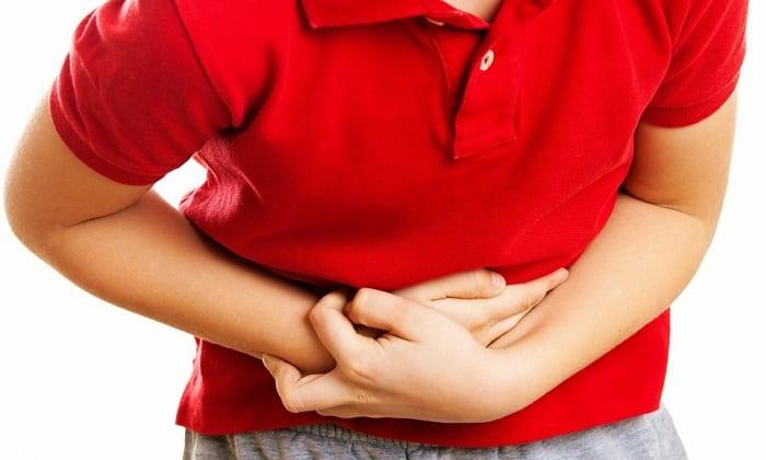 Появляется приступообразная резкая боль в нижней части ребер, распространяющаяся по телу