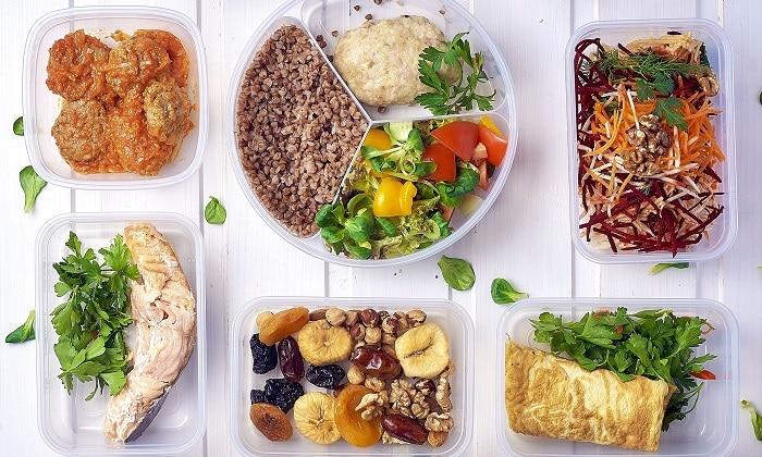 Нельзя переедать, суточную норму продуктов разделяют на 5-6 приемов