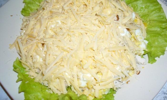 Облегченный салат от Тиффани обмазывается небольшим количеством сметаны