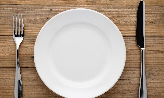 В первые 2 дня болезни показано лечебное голодание, которое врачи могут продлить до 4 дней