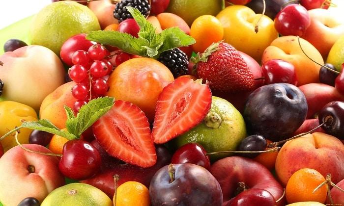 С осторожностью стоит есть фрукты и ягоды