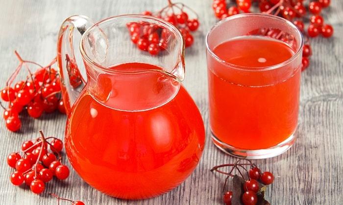 На основе ягод готовятся не только соки, но и компоты, кисели, морсы. Хорошо для этих целей подойдут клюква и брусника, богатые витамином С