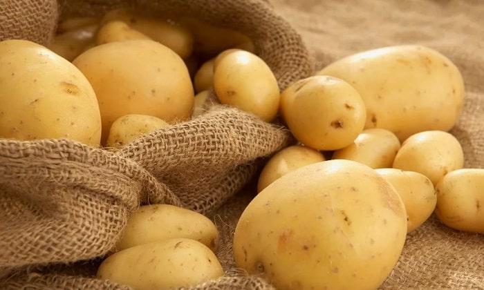 Для приготовления супа-пюре из моркови и кабачка понадобятся 5 картофелин среднего размера
