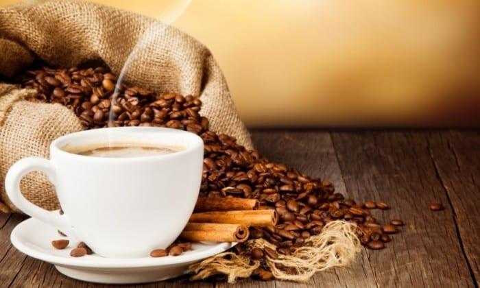 Кофеин стимулирует работу нервной системы, повышая работоспособность человека