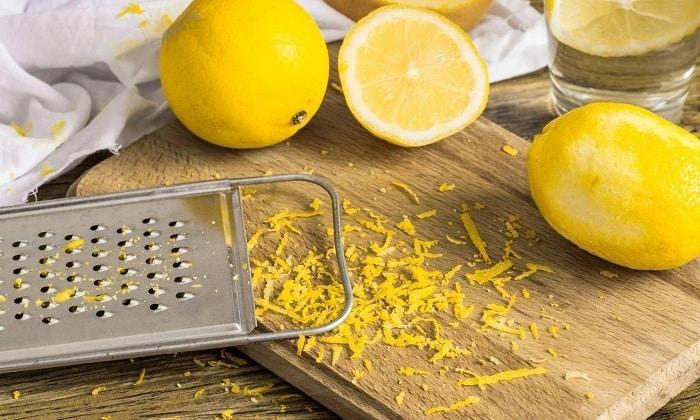 Запрещена при панкреатите лимонная цедра, которую часто добавляют в выпечку